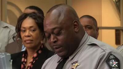 Alguacil Gerald Baker se defiende ante las críticas por promoción y despido de oficiales
