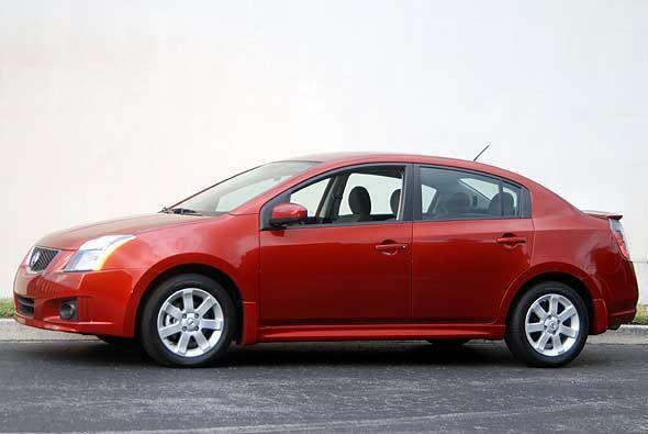 El Nissan Sentra es un sedán compacto que apunta a los jóvenes gracias a...