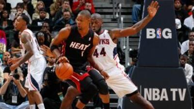 Ivan Johnson de los Atlanta Hawks defendía contra Chris Bosh del Miami H...