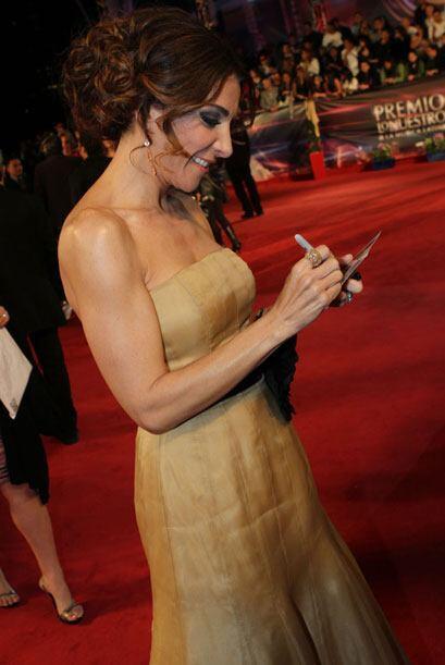 La presentadora se tomó el tiempo para firmar autógrafos a sus seguidores.