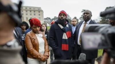 Los padres de Michael Brown, Lesley McSpadden y Michael Brown Sr., junto...
