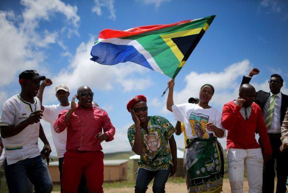 Nelson Mandela descansa ya bajo la tierra de la pequeña aldea de Qunu, d...