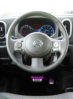 El volante cuenta con los controles de audio y control crucero montados...