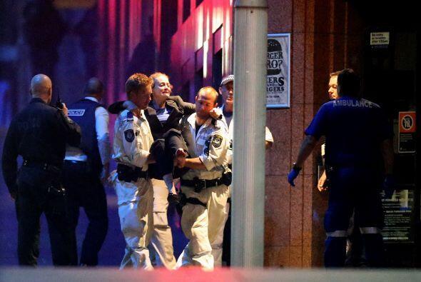 Un hombre armado tomó varios rehenes en un café de Sydney, varios de los...