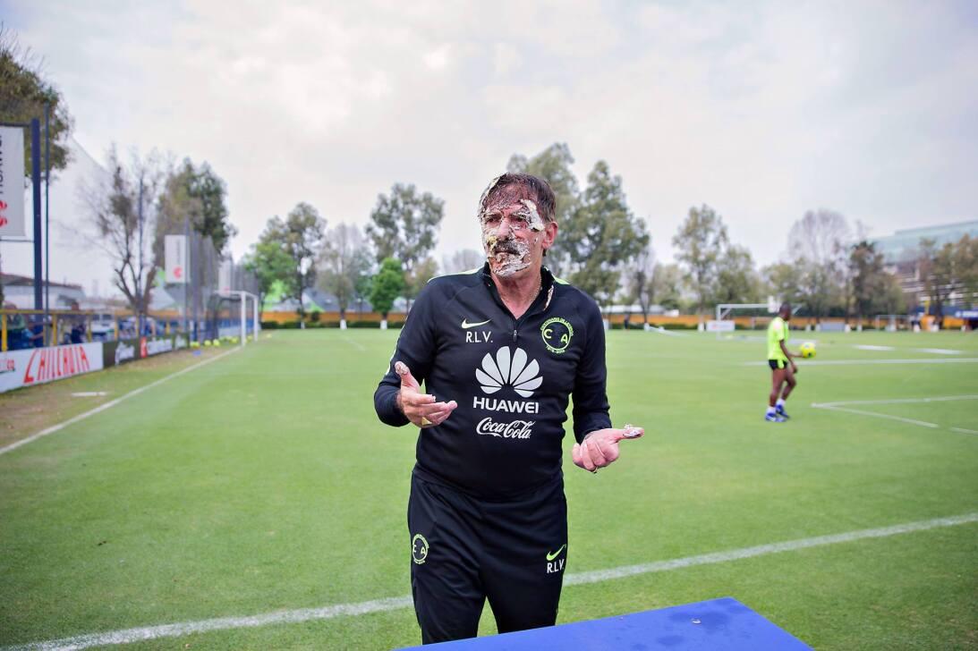El técnico del América cumplió 65 años y en las instalaciones del club l...