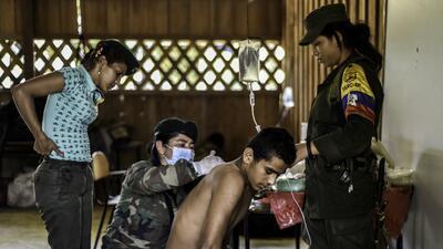 Foto de archivo de unas guerrilleras atendiendo a un herido en la regi&o...