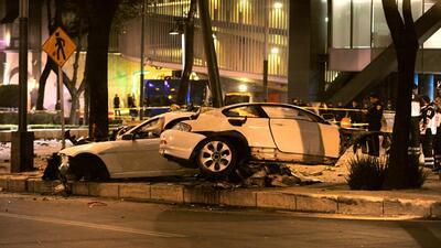 Así quedó el BMW de color blanco que choque contra un poste de alumbrado...