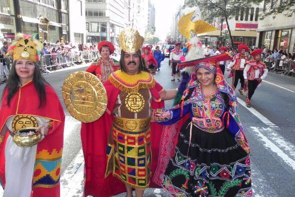Familias hispanas desfilan por la 5ta Avenida a4c5d72288204bf0b9fff23810...