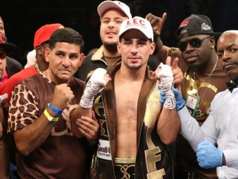 Sin sudar ni despeinarse, Danny García noqueó en dos round...
