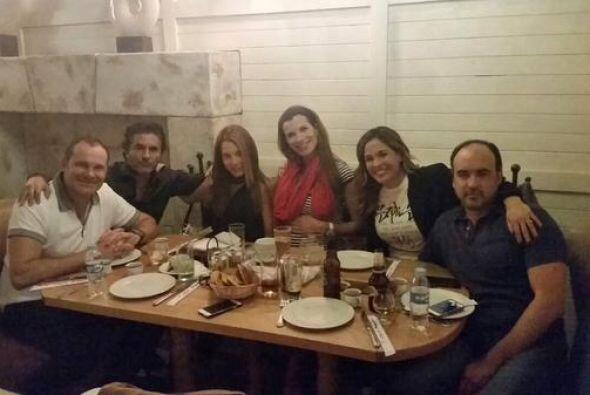 'Mejor no se puede.¡Grandes amigos los amo! @KarlaMartinezTV', compartió...