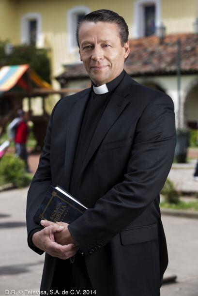 """Alfredo Adame es """"Jerónimo Alcocer"""", hermano de """"Raymundo"""" y sacerdote...."""