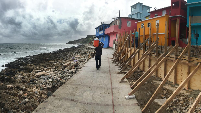 Un residente del barrio La Perla, en San Juan de Puerto Rico, camina por...