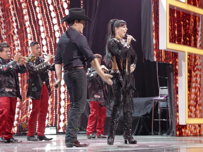 Maribel Guardia y su hijo Julian Figueroa haciendo un homenaje a Joan Se...