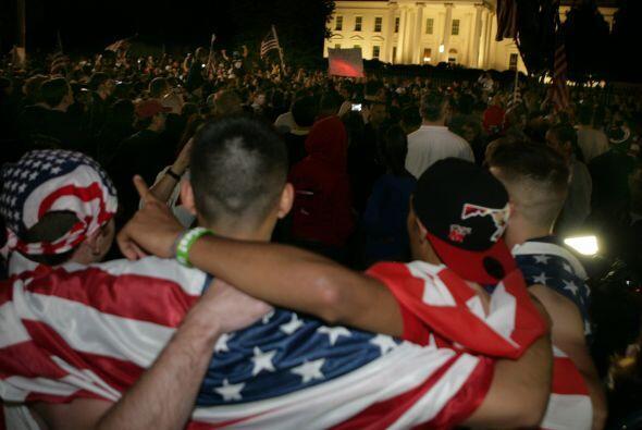En Washington, decenas de jóvenes se congregaron y ondearon banderas de...