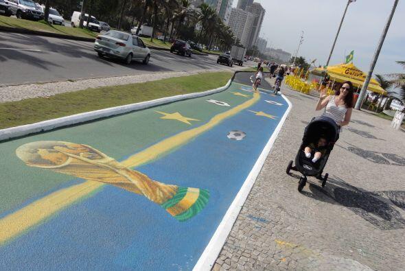 La pasión del Mundial estaba hasta pintada sobre las calles. Aquí Fay, l...