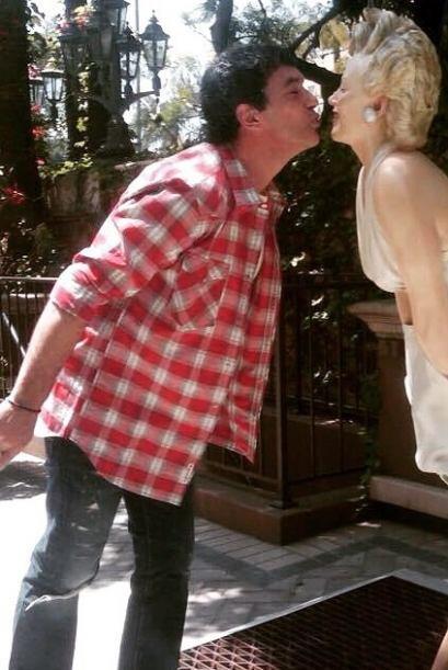 Banderas no perdió la oprtunidad de dar un rico beso a la guapa Marilyn...