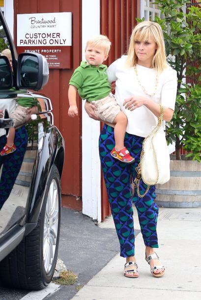 Reese Witherspoon logró usar unos pantalones divertidos y en super tende...