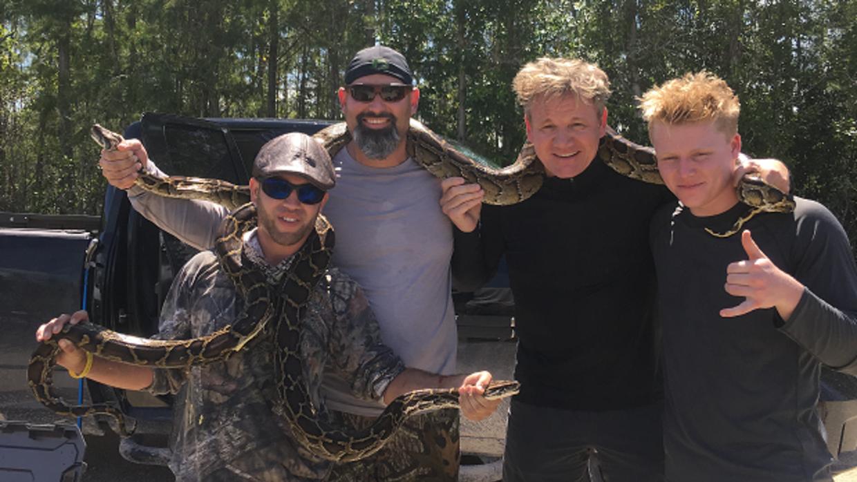 Gordon y su hijo cazaron tres serpientes en las orillas del canal Tiebac...