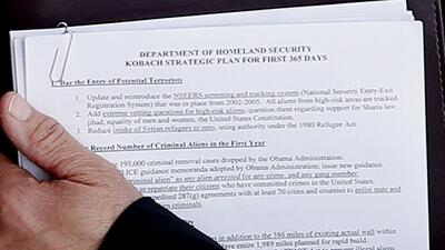 Documento con el plan del asesor de Trump, Kris Kobach, candidato a secr...