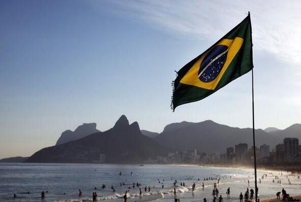 Así como muchos celebran el gran juego en Brazil. Otros grupos se manief...