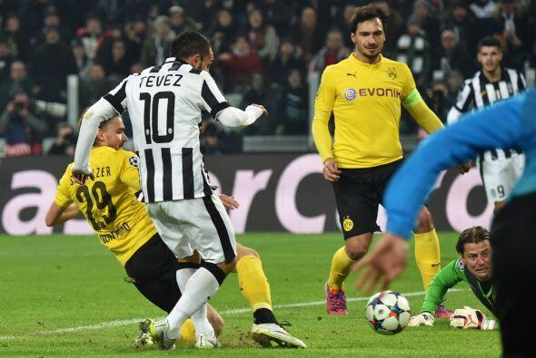 La polémica se desató con el primer gol por la posición de Tévez al mome...