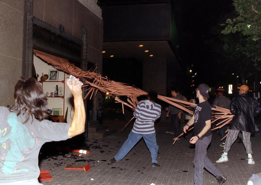 Una imagen de los saqueos y destrucción de los negocios angelinos hace 2...