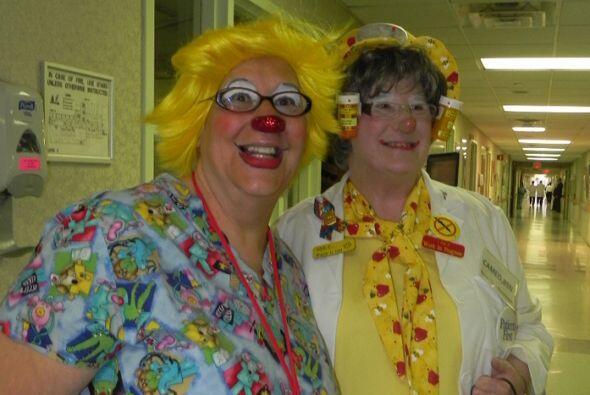 Algunas enfermeras y empleados del hospital también se disfrazaron para...