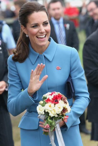 Para lograr un mejor 'outfit', la Duquesa se inclinó por una cartera azu...