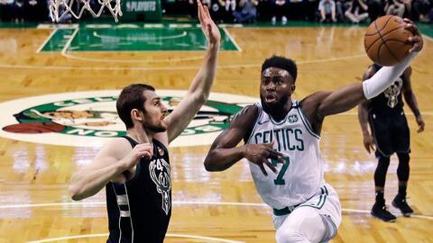 Jaylen Brown (der.) comandó la ofensiva de los Celtics.