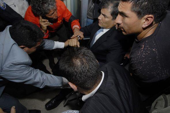 En esos actos Correa fue rescatado por fuerzas especiales de la policía...