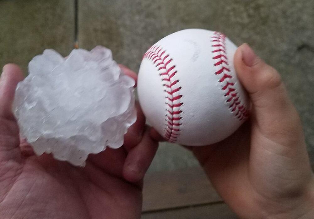 Fotografía proporcionada por Tim Creedon muestra una pelota de béisbol j...