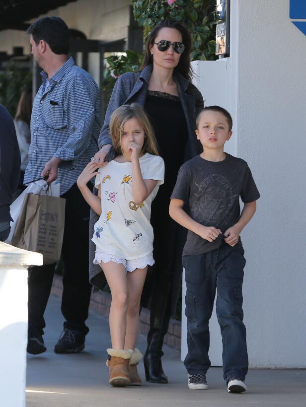 Angelina Jolie y sus hijos Knox and Vivienne