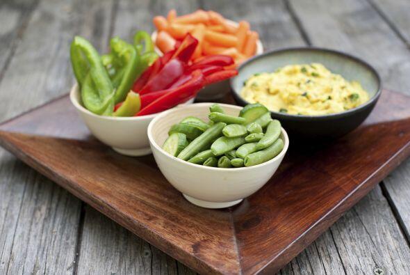 Utiliza vegetales y frutas para crear snacks saludables. En vez de darle...