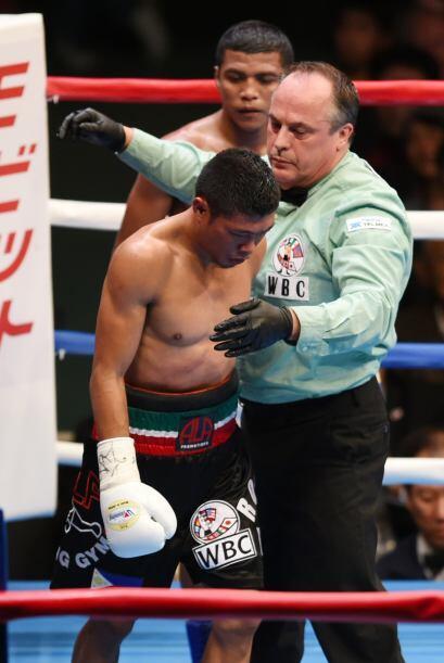 El referí notó la condición de Fuentes y detuvo el combate.