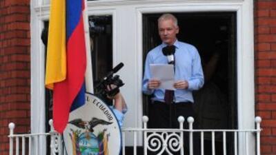 Julian Assange durante su aparición pública desde el balcón de la Embaja...