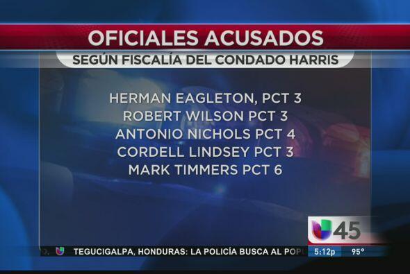 Cinco oficiales del Condado Harris enfrentan a las autoridades por presu...