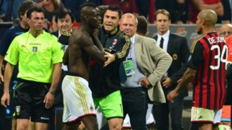 Los propios compañeros de Balotelli no podían calmar al jugador, que bus...