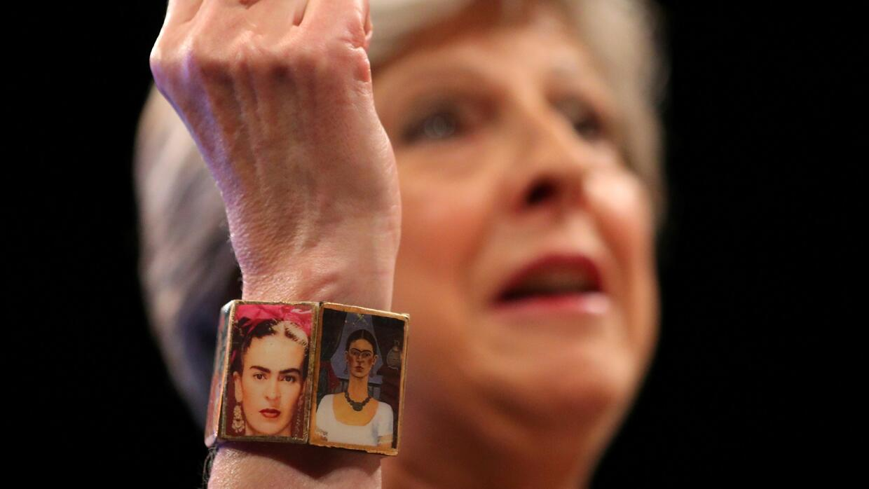 Theresa May usó un brazalete de Frida Kahlo para su discurso de este mié...