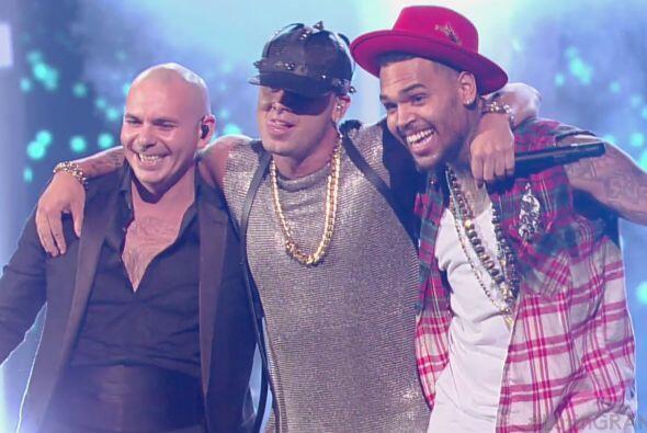 Wisin cantó junto a Pitbull y  Chris Brown 'Control' en los Latin Grammy
