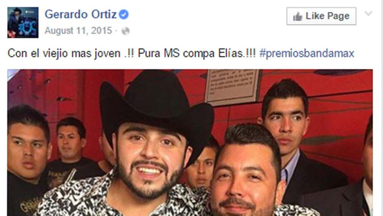 Gerardo Ortiz con una camisa de Barabas.