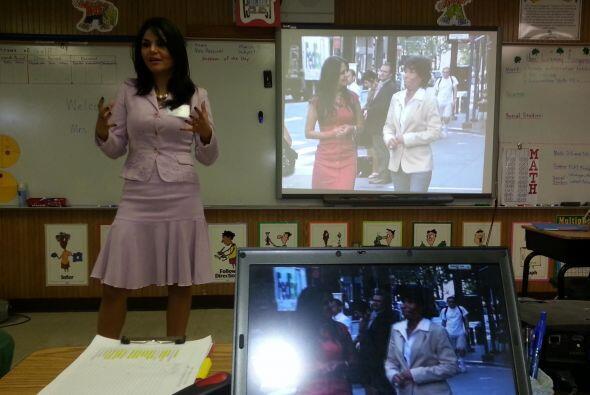 Natalia Cruz en la escuela de su hijo hablando de sus logros como period...