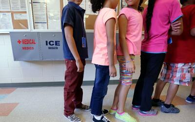 Niños migrantes indocumentados en un centro de detención de ICE.
