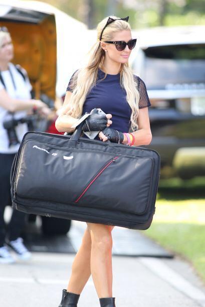 La Hilton cargó su propio maletón de equipo para rascarle a los discos...