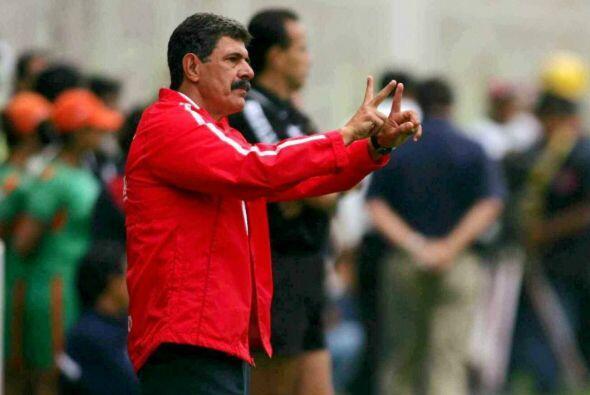 Mientras que con las Chivas llegó en 1996 y salió en el 20...