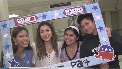 Estudiantes participan en el Día Nacional de Registro para los Votantes