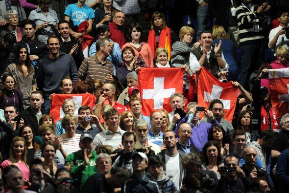 Algunos fanáticos suizos en las gradas alentaban a Roger que poco a poco...