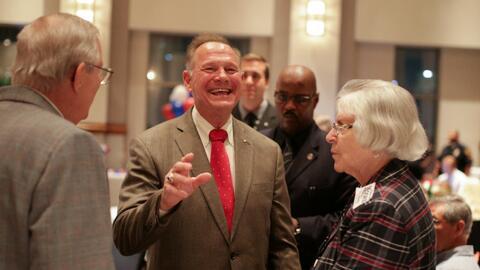 Roy Moore saluda a sus simpatizantes en Montgomery, Alabama.