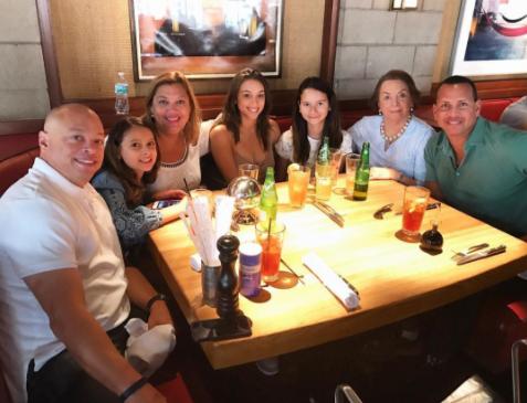 Alex Rodríguez, a la extrema derecha, compartió temprano en el día con s...