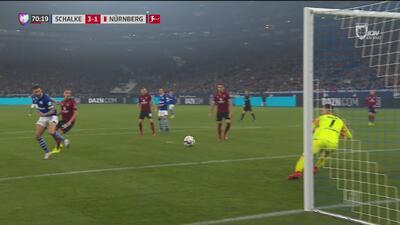 Como pivote de la NBA, Burgstaller la baja y la desvía para el 3-1 del Schalke