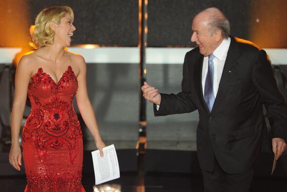 Shakira acudió a la Gala y acompañó a Blatter a ent...